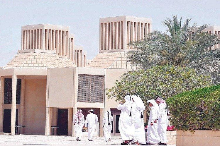 قطريون: المواطنون يعانون من البطالة والوظائف تذهب للأجانب