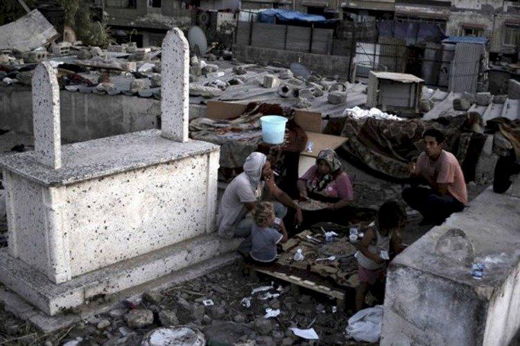في سعيهم للنجاة.. عائلات غزة تحتمي بـ«الموتى» من صعوبة الحياة